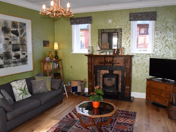 Beautiful refurbished large Victorian house in leafy surrounds. 20 mins walk to town for train, cinema, cafes. 10 minute drive to M3 and A3.