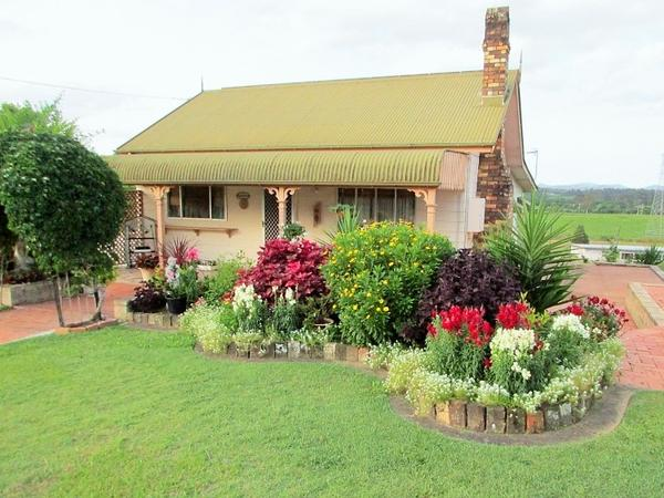 Two Dates: Our quaint small 2 bedroom cottage is home to our 2 rascal cats - Moses and Willow plus us the owners....