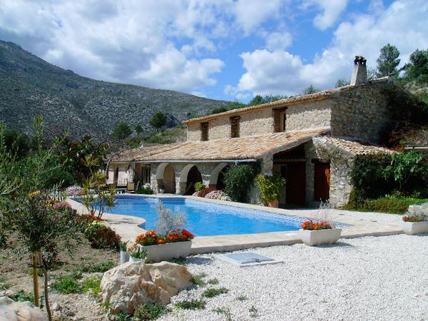 House sitters for Spanish coastal mountain farmhouse and three cats