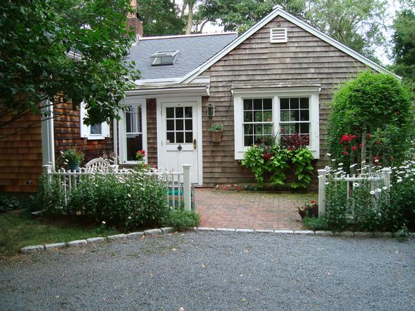 Quaint, cozy, little country house 2 mi from 12-mi long beach, wonderful dog, organic gardens, must have car. 5 min walk to: oyster bar, homemade ice cream, wood fired pizza, coffee shop, bakery, smoothie shop, liquor store, sub shop.