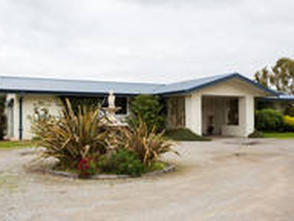 Large home on acre block, close to Melbourne Airport