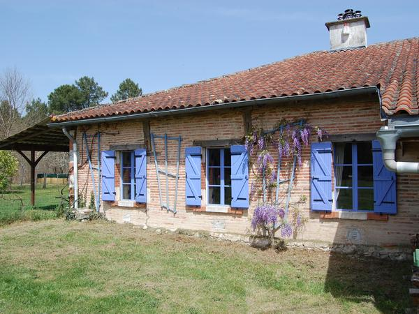 Landaise farmhouse , surrounded by forests, sunflowers and vineyards.